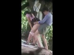 หลุดxxx แอบถ่ายคู่รักหนุ่มสาวพากันแอบมาเย็ดในป่าข้างต้นไม้ซอยไม่ยั้ง รีบกลัวคนมาเห็น เจอมือดีแอบถ่ายคลิปเก็บไว้