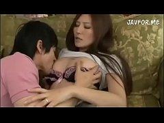 หนังโป๊Japanese เเม่เลี้ยงสาวสวยหุ่นเเซ่บเเอบเล่นชู้กับลูกเลี้ยงหนุ่ม ตอนผัวไม่อยู่